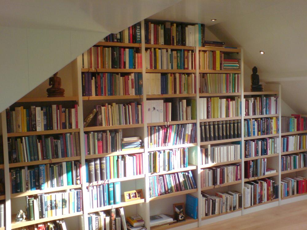 boekenkast onder een schuin dak